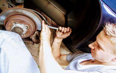 Meccanico al lavoro su automobile