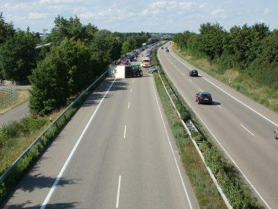 Camion ribaltato su autostrada