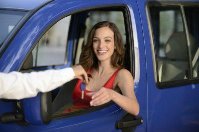 donna in un'automobile riceve chiavi