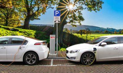 Due automobili elettriche si ricaricano da ferme