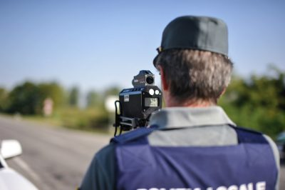 controllo velocità eseguito da un agente su strada