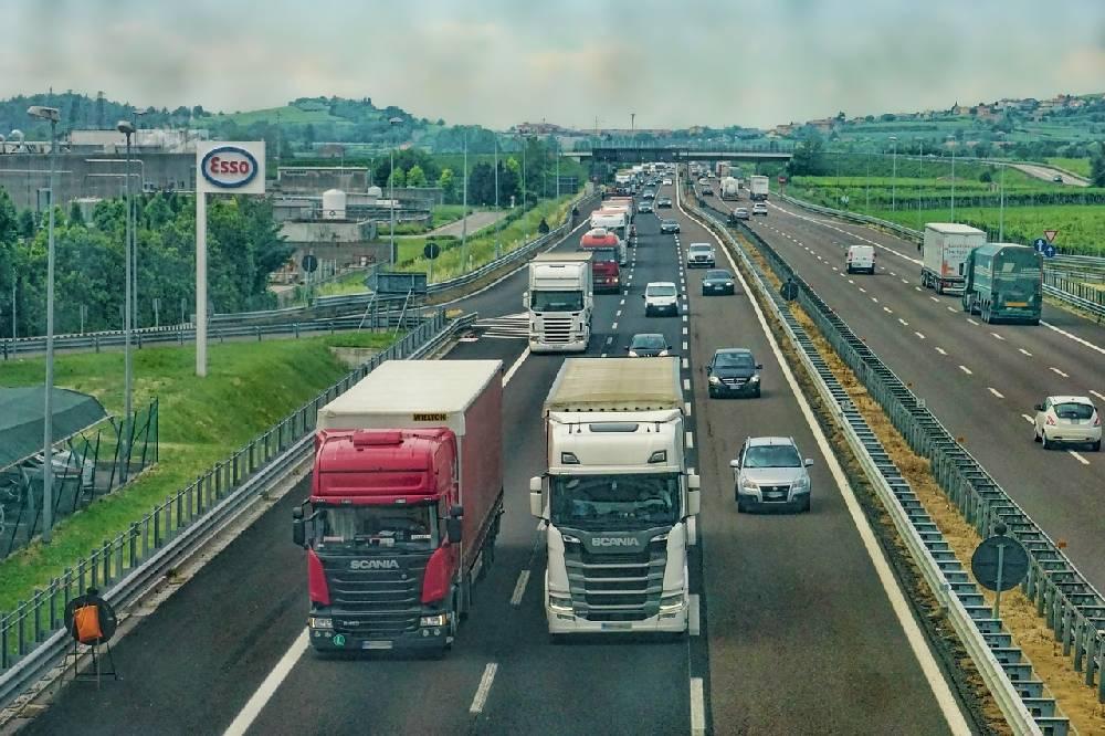 Veicoli in marcia lungo un'autostrada