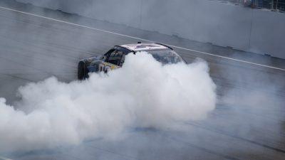 burnout automobile su pista con fumo