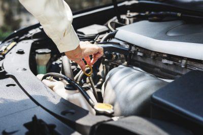 motore di auto e rabbocco liquido olio