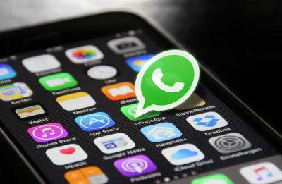 telefono con icona whats app