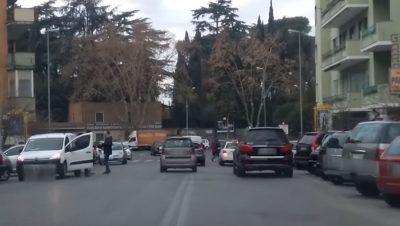 Auto in sosta in doppia fila