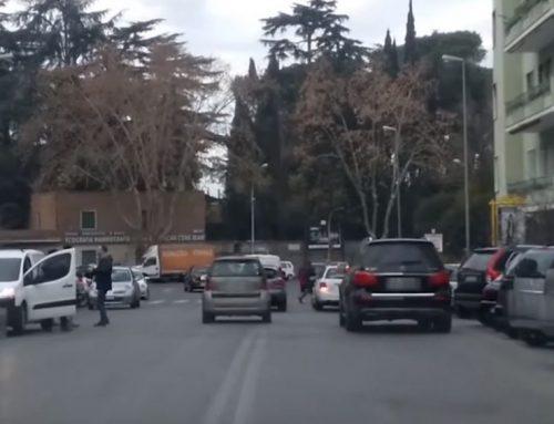 Parcheggio in doppia fila: a Roma diventa interruzione di pubblico servizio