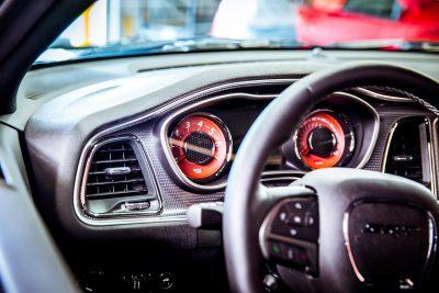 interno di automobile con volante e contachilometri