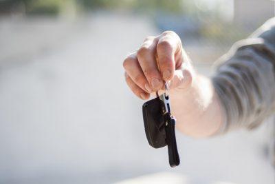 mano con chiavi di auto
