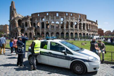 auto polizia municipale con agenti all'esterno