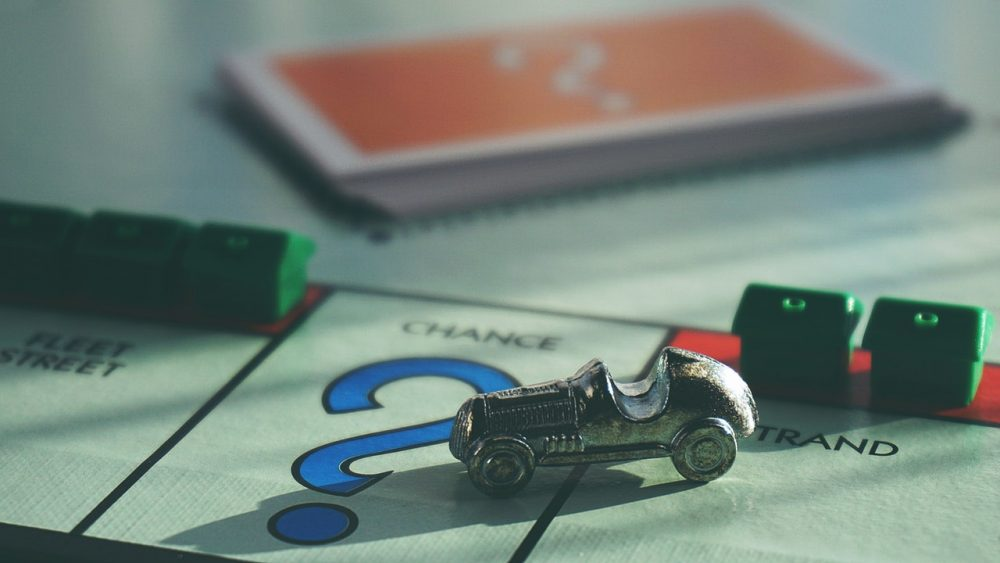 automobile in miniatura appoggiata su gioco da tavolo