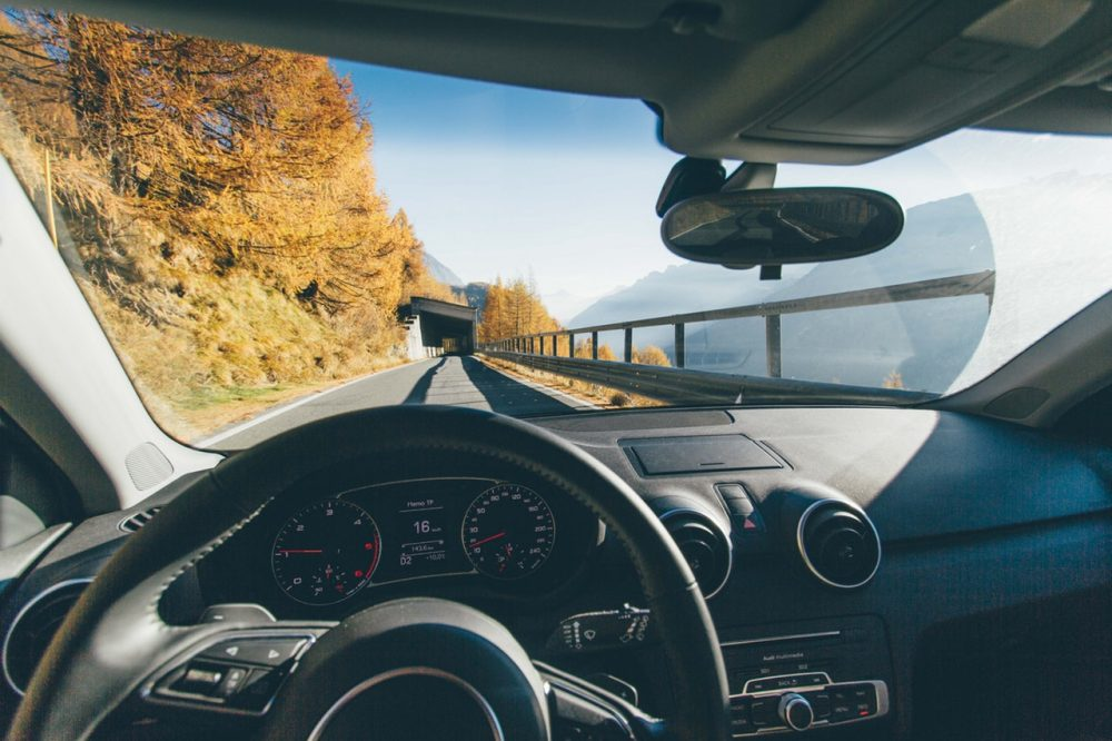 soggettiva di automobile in movimento su strada di montagna