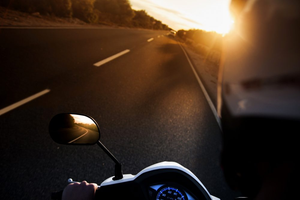 scooter e automobile su strada