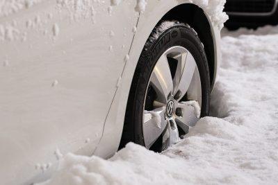 pneumatico di automobile avvolto da neve